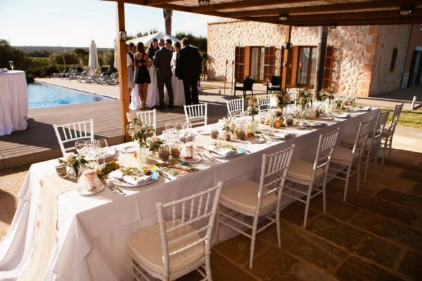 Erlebt ein schönes Hochzeitsdinner auf einer Tafel direkt beim Pool auf der Sonnenterrasse der Finca Antonia