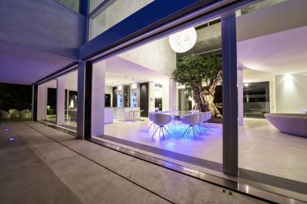 850mq Wohnfläche, Lift, Leinwand für 3D Kino, Sono-Soundsystem, Fitnessbereich. So lässt es sich Urlaub machen und feiern!