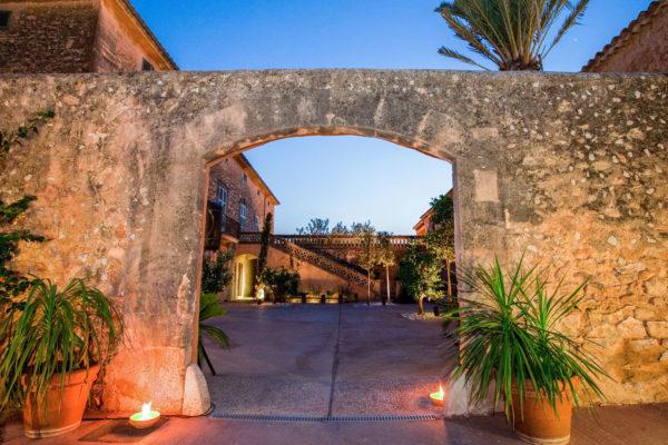 """Der Eingang zum Patio der Eventlocation, beliebte Dinnerlocation und """"Chill Out  Zone"""" für lange Nächte"""
