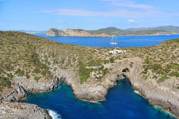 Die Insel ist wunderbar mit dem Boot als auch mit dem Helikopter erreichbar