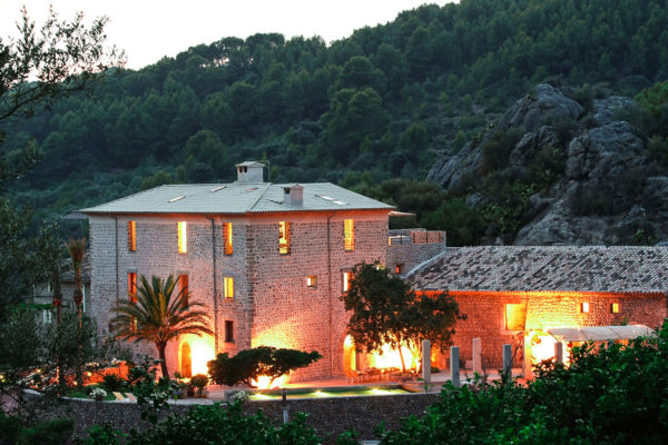 Die Luxusvilla befindet sich in der Nähe des kleinen Ortes Sóller, im Herzen des Tramuntana Gebirges