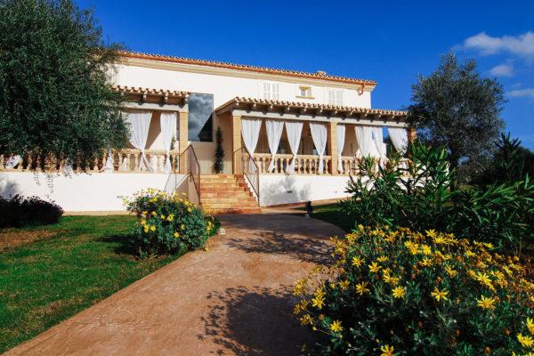 Die Terrasse als natürliches Backup für ein überdachtes Dinner mit bis zu 40 Personen oder eine wetterfeste Partynacht