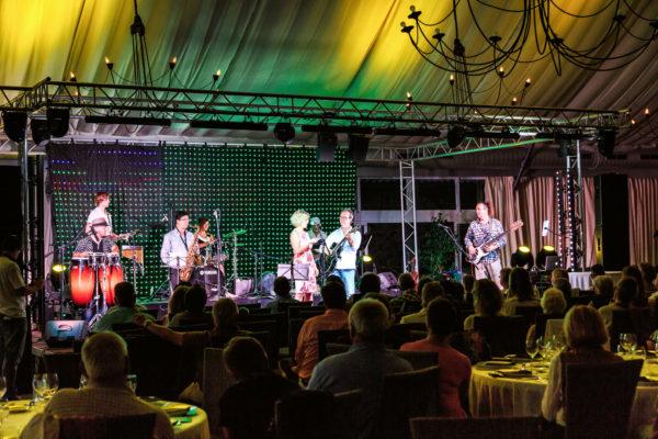 Ein Event im Zelt mit modernster Ton- und Lichttechnik