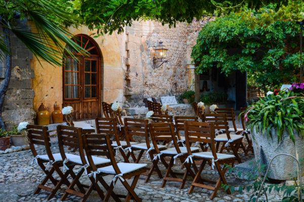 Ein privater, verspielter Garten als romantische Zeremoniestätte. Der Mietpreis dieser Zeremoniestätte beträgt 900€