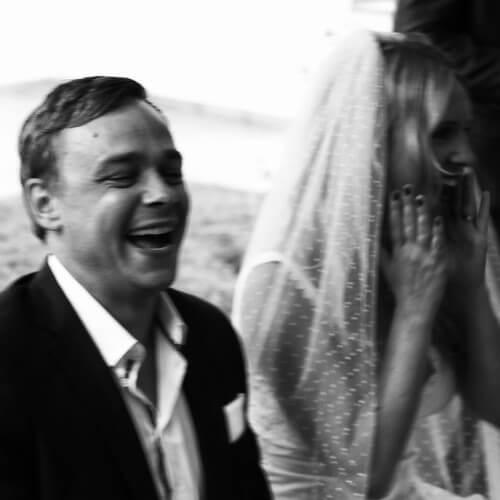 Hochzeit Mallorca - lachendes Brautpaar bei der Trauung
