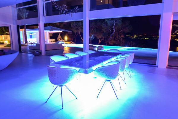 Offene Show-Küche, Esstisch für 10 Personen im lichtdurchfluteten Wohnraum mit Blick auf die weitläufige Außenterrasse. Eine wahrlich beeindruckende Ausstattung!