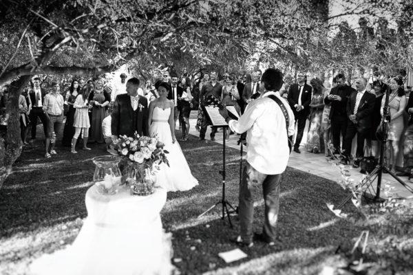 Unser Redner mit Herz & Gitarre im Garten der Villa Tortuga im Sommer 2015