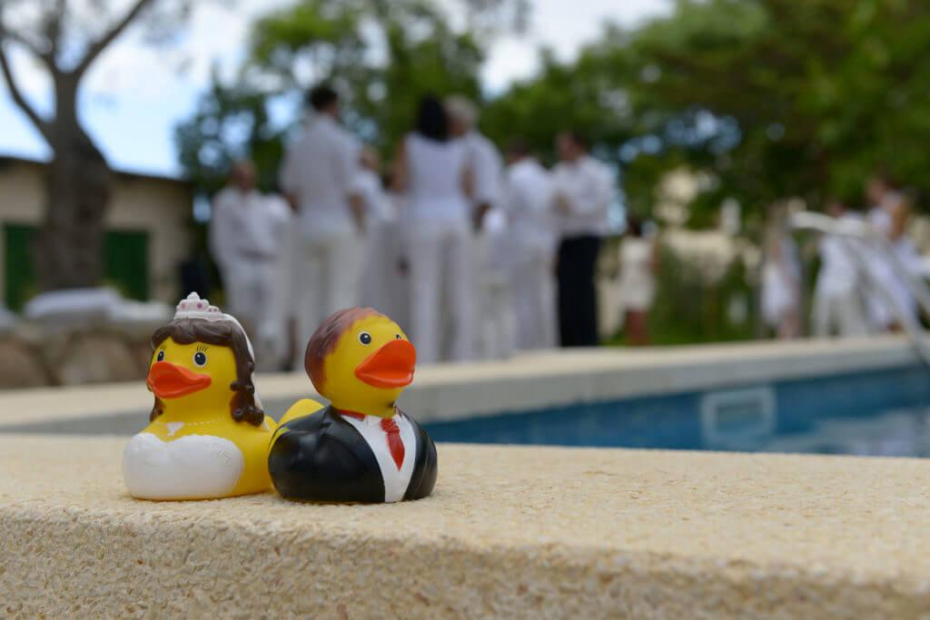 Brautpaar am Pool Mallorcas