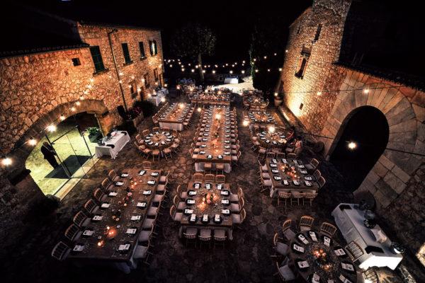 """Der """"Es Pati"""" bietet Platz für ein Outdoor-Dinner für bis zu 250 Personen - beeindruckend schön ist der alte Steinboden!"""