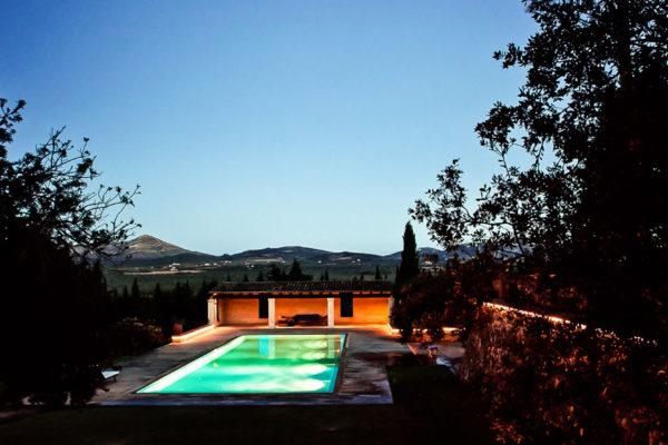 Der Pool ist 18x7m groß und hat eine Tiefe von 1-2,5m