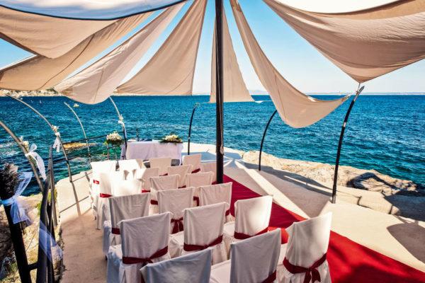 Der Preis für die traumhafte Zeremoniestätte beträgt 800€  (inkl. Altar, Stühle, Mikrofon und Blumenarrangement sowie rotem Teppich)
