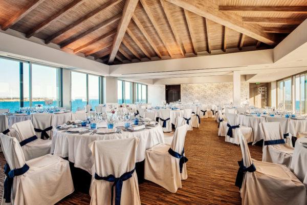 Der Veranstaltungssaal mit offenem Blick auf das Meer bietet Platz für ein edles Dinner für bis zu 220 Personen
