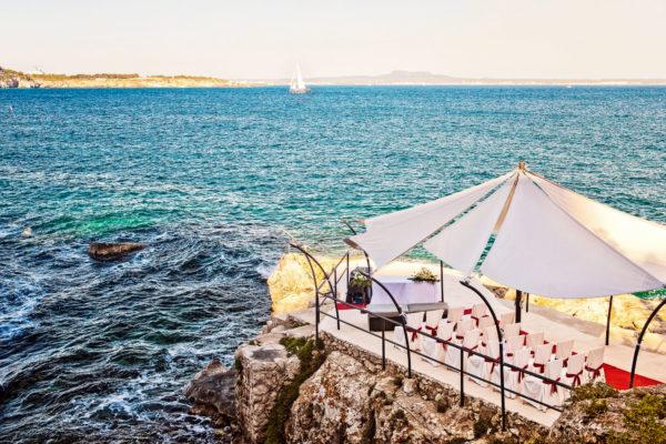 Die atemberaubende Zeremoniestätte direkt am Meer bietet Kapazität für 24 sitzende Gäste