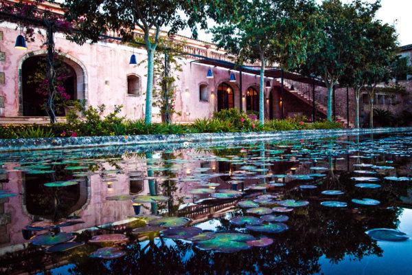 Die wunderschöne Gartenanlage, der mit Seerosen bedeckte Teich und die Quellen mit Wasserspielen bieten den perfekten Rahmen für einen tollen Empfang