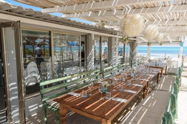 Die seitliche Terrasse des Beach Club Two bietet ausreichend Platz für ein schickes Hochzeitsdinner bis zu 40 Personen