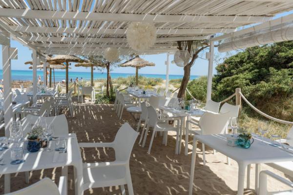 Bucht die seitliche Meerterrasse für Eure Hochzeitszeremonie am Strand und genießt ein Dinner im boheme Ambiente
