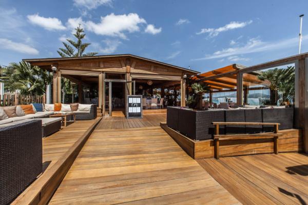 Die Terrasse des Beach Club Three bietet Platz für ein Event mit bis zu 90 Personen