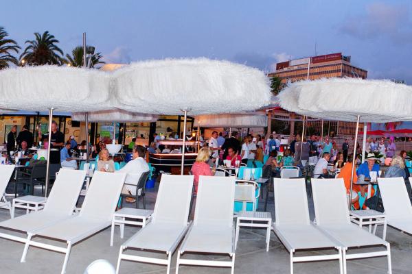 Loungemusik, dazu kulinarische Highlights im stilsicheren Ambiente. Dieses Genusstrio lädt ein, einen unvergesslichen Sundowner zu erleben