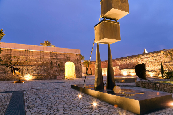 Ein einmaliges Ambiente aus Licht- und Designkunst erwartet Euch im Patio unserer Finca Arte