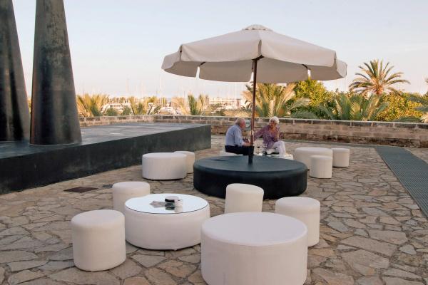 Stilsichere Loungemöbel laden zum entspannten Sundowner auf der Terrasse des Restaurants ein