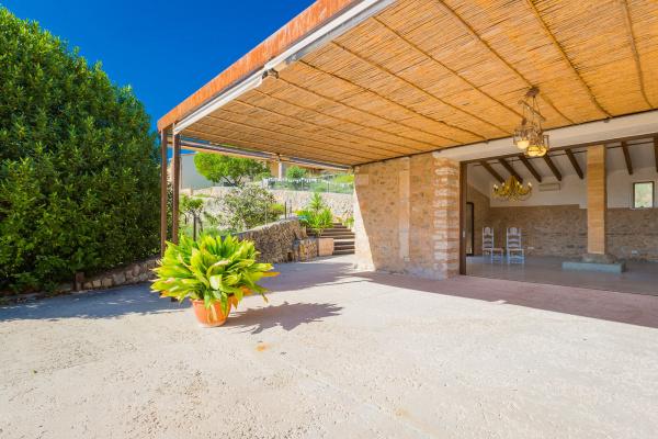 Die teilweise überdachte Terrasse des Partyhauses kann sowohl an heißen Tagen Schatten spenden als auch vor unerwünschtem Wetter schützen