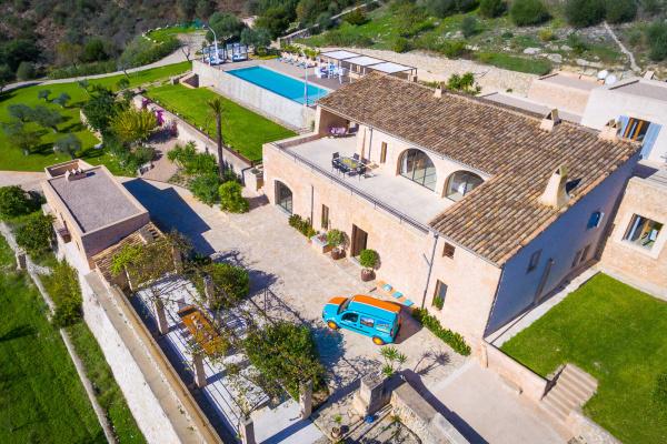 Unglaublich! Vier verschiedene Terrassen hat das tolle Anwesen! Für Euer Hochzeitsdinner bietet sich die Rasenfläche unterhalb der großzügigen Poolzone perfekt an