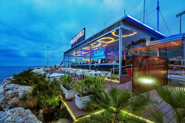 Selbst der schöne Innenbereich des Restaurants verfügt über uneingeschränkten Weitblick und bietet ausreichend Platz für ein mediterranes Dinner bis zu 100 Personen