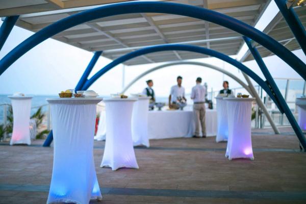 Die zwei Terrassen mit atemberaubendem MEERBlick bieten Euch die Möglichkeit stilecht mit bis zu 160 Personen zu feiern