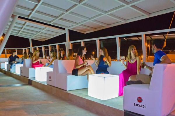 Die Terrasse bietet bis zu 140 Personen Platz für ein Dinner unter freiem Himmel