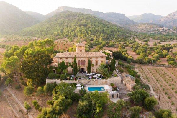 Unsere Finca Lorena in Ihrer vollen Pracht, eingerahmt in die Schönheit der Natur Mallorcas
