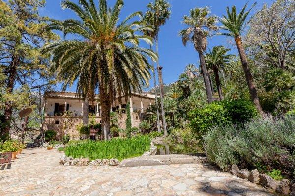 Das Haupthaus mit seinem großzügig angelegten Patio mit verspieltem Brunnen ist die perfekte Partyzone für Eure Nacht
