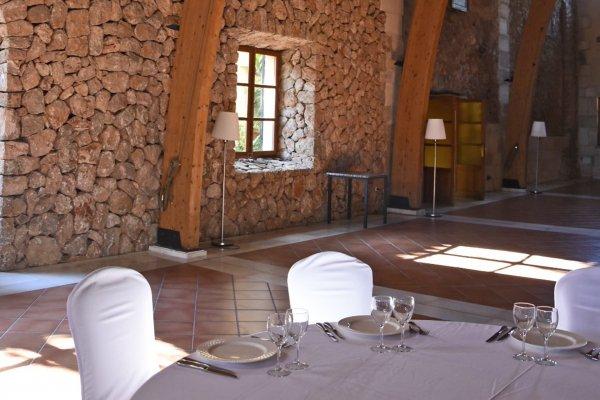 Auch im Nebentrakt, indem Ihr das Dinner zelebrieren und die Party eröffnen könnt, finden sich diese schönen, für Mallorca typischen Natursteinmauern