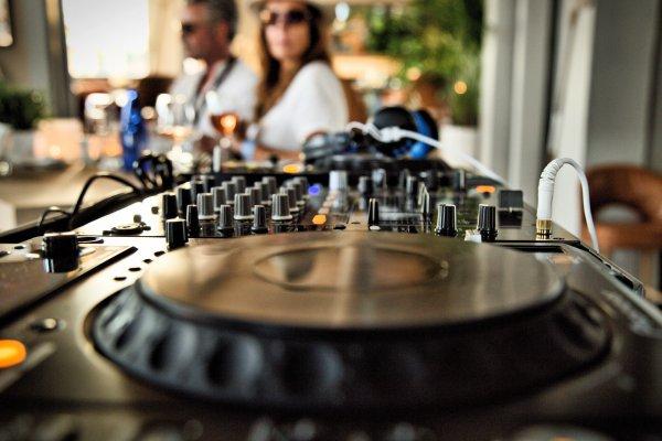Beach Club Almu mit DJ