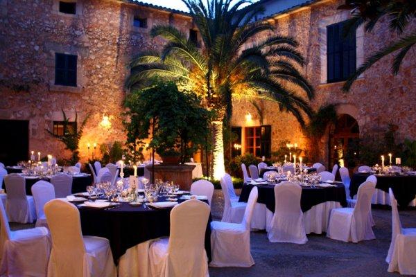 Deine Hochzeit im mallorquinischem Ambiente, wir gefällt Dir die Black and White Tischwäsche?
