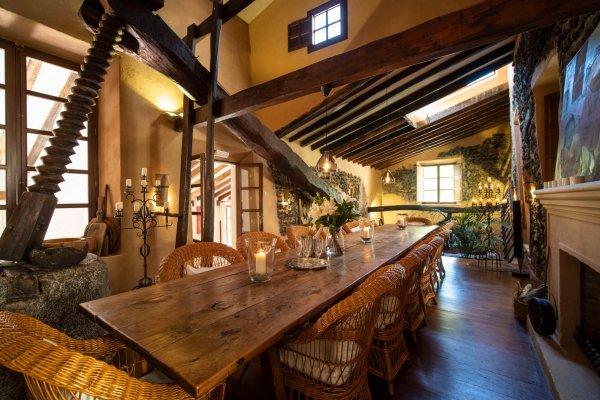 Im Essbereich blickt Ihr auf eine restaurierte Olivenpresse aus dem 17. Jhd.
