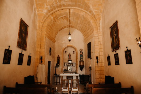 Das Ambiente in der gemauerten Kirche