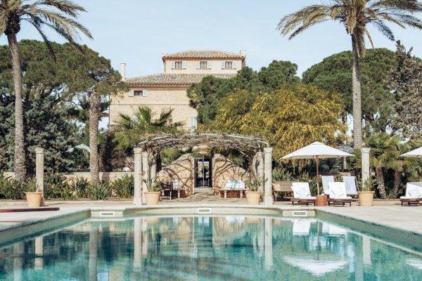Der Pool mit Blick auf die Finca Elegante