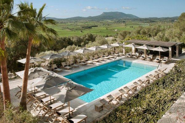 Der großzügige Pool bietet Platz für alle Gäste