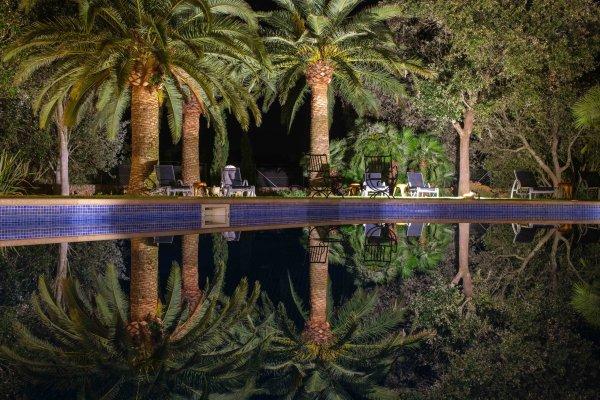 Erlebt den Pool bei Nacht