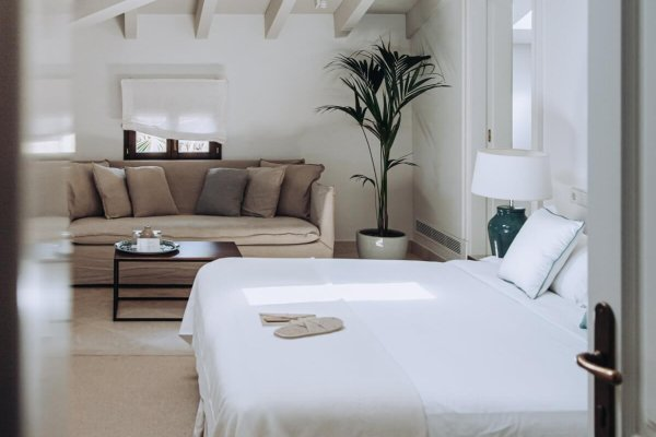 In den großzügigen Zimmern finden Eure Gäste Raum zum Erholen